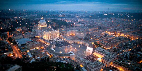 """MAS507- ROMA (ITALIA). 30/4/2011.- Vista aérea panorámica de los alrededores de la Plaza de San Pedro en Ciudad del Vaticano hoy, sábado 30 de abril de 2011, en la noche de vigilia previo a la beatificación mañana del papa Juan Pablo II. unas 200.000 personas, según la policía, se reunieron en esa ciudad italiana para conmemorar al papa Wojtyla, al que consideran ya """"santo"""". EFE//MASSIMO SESTINI/CORTESÍA/SOLO USO EDITORIAL/NO VENTAS"""